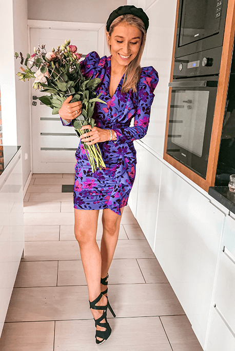 Fioletowa sukienka na wesele w kwiaty