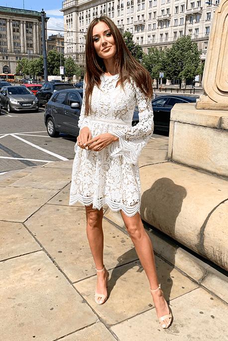 Biała koronkowa sukienka na poprawiny