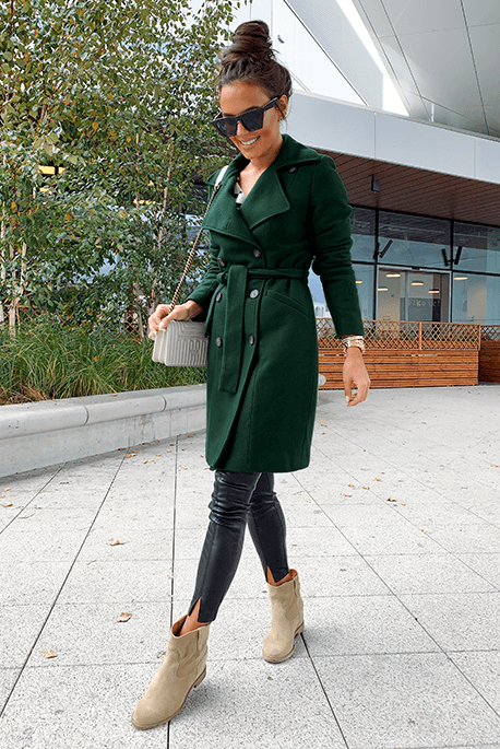 Jesienno-zimowy ocieplany płaszcz w kolorze butelkowej zieleni.
